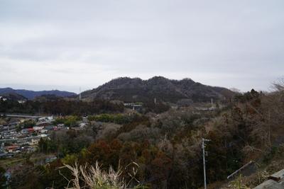 城山が見える。一度大きく下って...