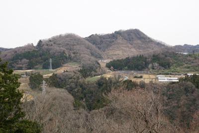 小倉山が見える。ここでふと思う...