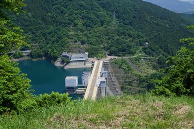 宮ヶ瀬ダムを真下に見下ろすよう...