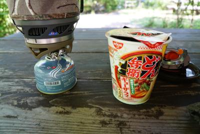このクソ暑い日にカップ麺って・...