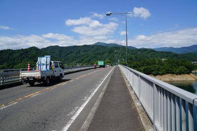 やまびこ大橋を渡ります。...