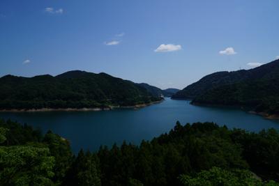 展望台からの宮ヶ瀬湖です。奥に...