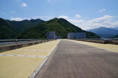 ・・・宮ヶ瀬湖ダムの上に出た。...