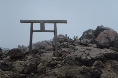 ・・・やっと山頂の鳥居が見えた...