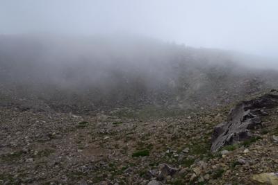 山頂のお釜。富士山と比べるとず...
