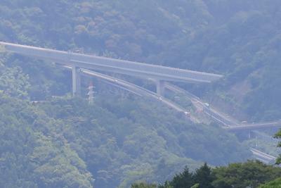 東名高速が見える。...