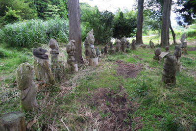 ・・・木の彫刻群を過ぎれば・・...