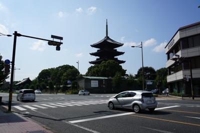 とりあえず駐車場の近くの東寺に...