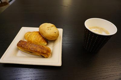 朝食はパン。ご飯の方がいいな〜...