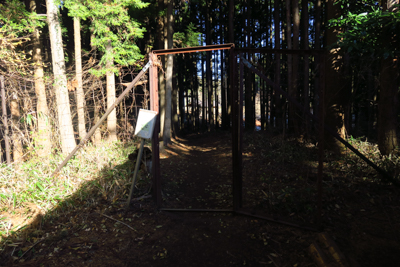 トイレの脇の鹿柵を越えると・・...
