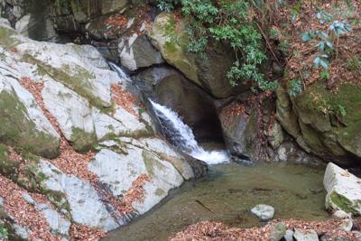 この小さい滝のすぐ上に大釜弁財...