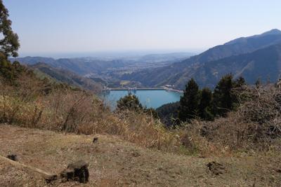 展望台から宮ヶ瀬湖を見下ろす。...