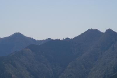 左端のポコンとした所が仏果山、...