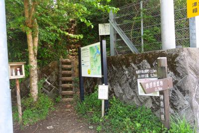 ここから登山道に入ります。...