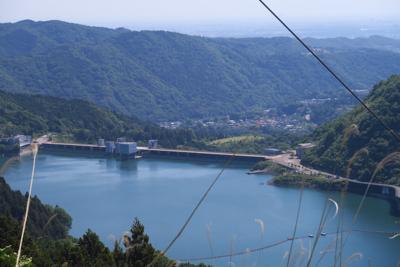 鉄塔の足元から宮ヶ瀬ダムを見下...