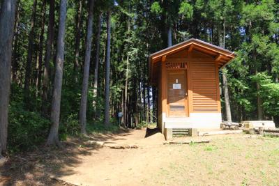 ・・・トイレが有り、その裏がす...