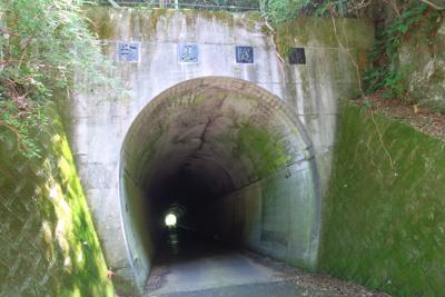 物見隧道のすぐ脇に出た。...