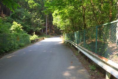 清川林道に出た。...