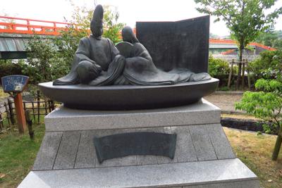 源氏物語の碑がある。...