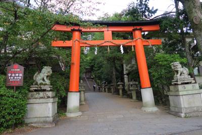 宇治川を渡るとすぐ宇治神社。...