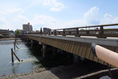 宇治橋を渡り、JR宇治駅近くに...