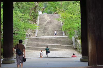 三門の階段のを登ると奥に更に階...