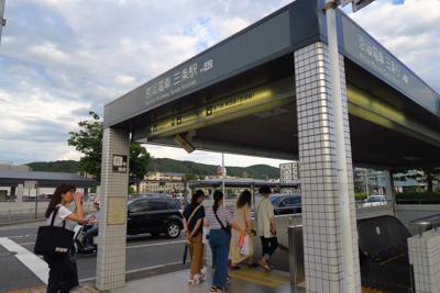 京阪電車の三条駅到着。...