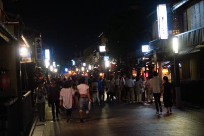 祇園の辺りは人がいっぱい。...