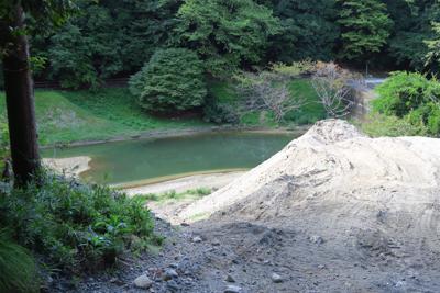 砂防ダムの上。すでに砂でいっぱ...