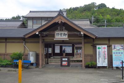 再びバスで仁和寺に戻り、近くの...