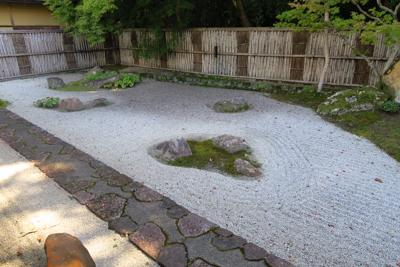 大小いくつかの石庭があります。...