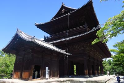 南禅寺の三門。ここに登れるらし...