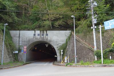 落合隧道を抜けたところ、右側に...