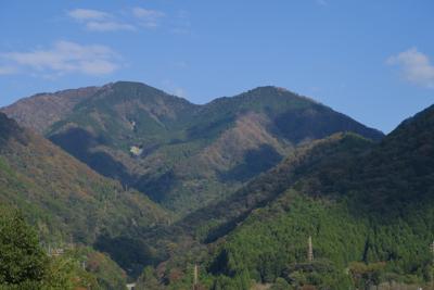 山に雲の影が落ちている。...
