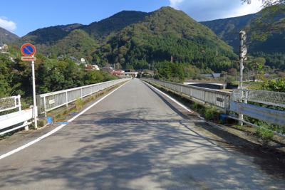 玄倉川橋を渡る。...