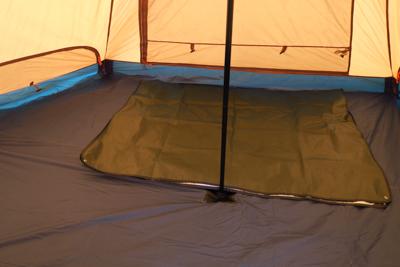 テントの中。ティピー型のテント...
