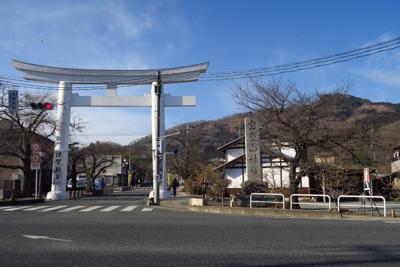 長瀞駅前の交差点からの宝登山(...