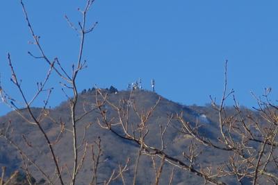 大山は山頂にアンテナが数本建っ...