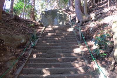 やがて階段は大岩にぶつかります...