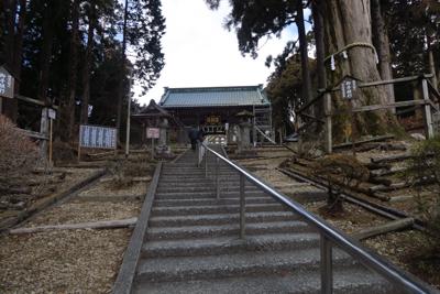 階段を登って。...