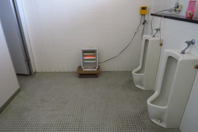 トイレ。ストーブがあります。...