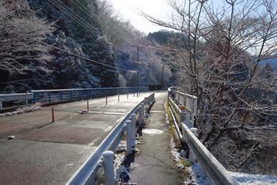 車道上も、一部日陰が凍っている...