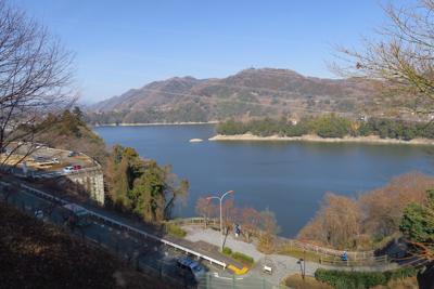 少し高いところから見た津久井湖...