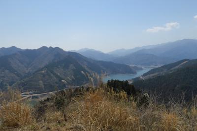 南山山頂からの宮ヶ瀬湖越えの丹...