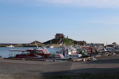蕪島が見えてきました。鮫駅から...