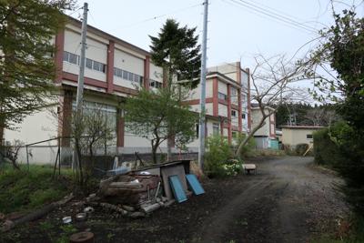 民家の脇を抜ける。左側の建物は...