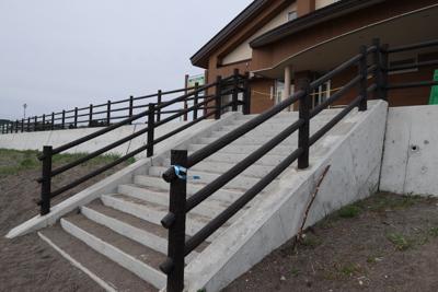 この階段を上がる。...