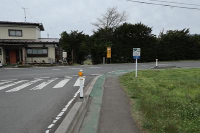 丁字路に出た。ここは右に曲がる...