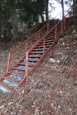 ん? 階段だ。...