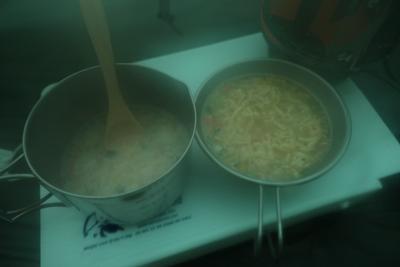 朝食。雑炊とカップヌードル。湿...